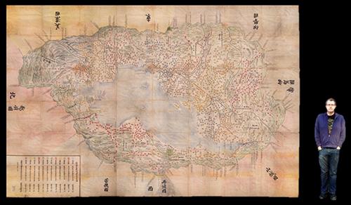Abb. 10: Vergleich der Karte Ōmi Kuni-ezu,                               1837, 345 x 504 cm, Stanford University Libraries, mit einem 190                            cm großen Mann. [Cramer 2018]